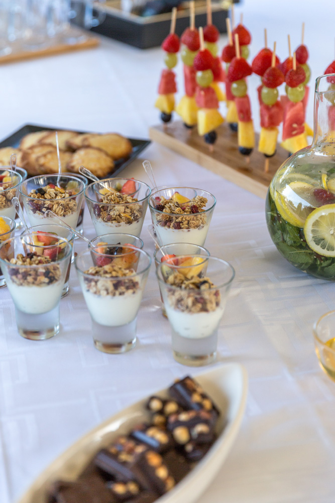 Buffet de fruits, yahourt et amuses-bouches sucrés pour séminaire et réunion d'entreprise